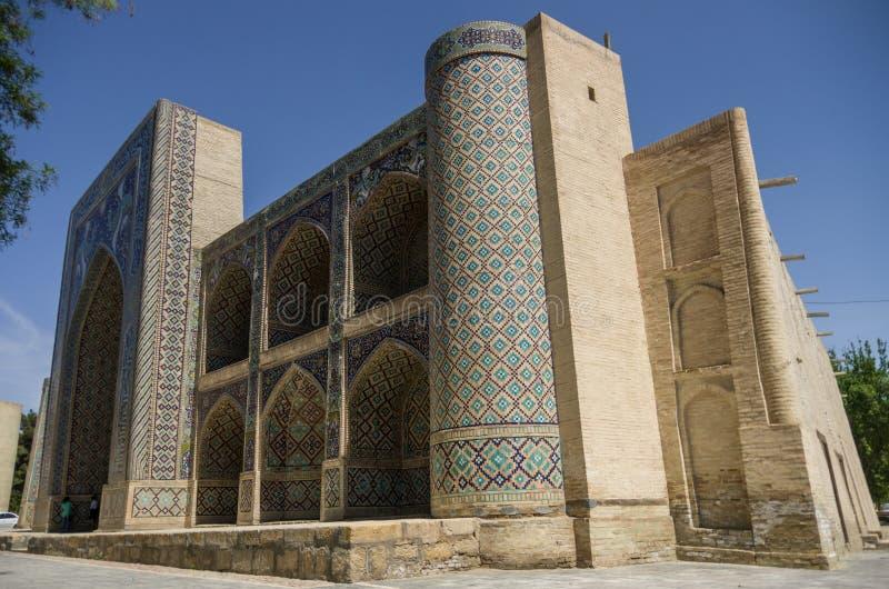 Fasaden av Nadir Divan-Beghi madrasah dekoreras med mång- fotografering för bildbyråer