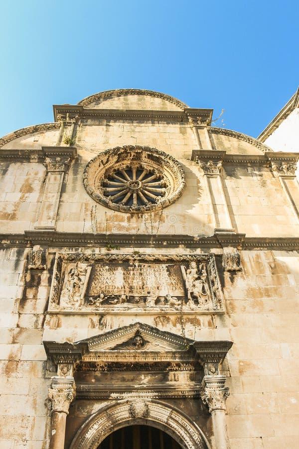Fasaden av St-frälsarekyrkan på den gamla staden av Dubrovnik Planlagt av arkitekten Petar Andrijic royaltyfri foto
