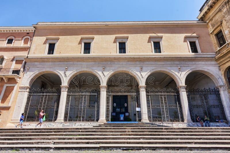 Fasaden och farstubron av den helgonPeter Vincoli s basilikan i Rome - arkivbilder