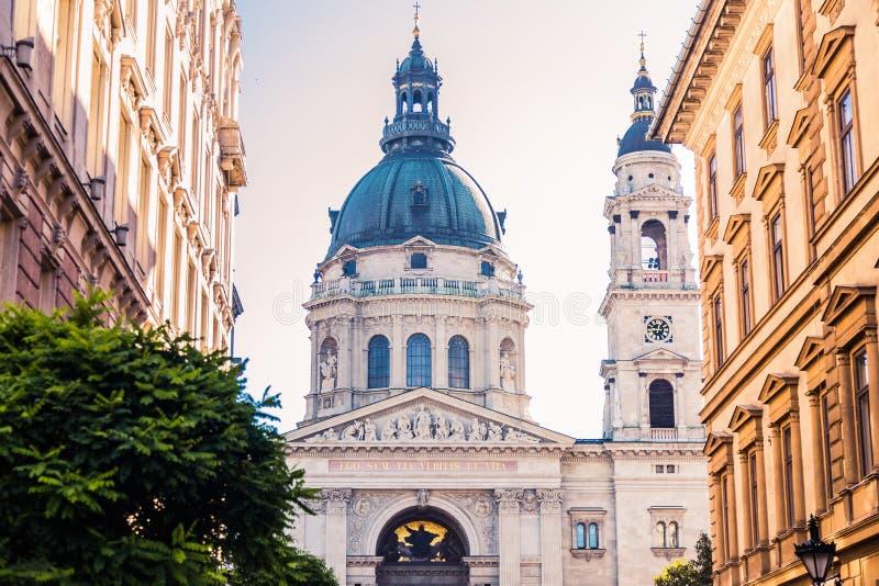 Fasaden och kupolen av basilikan av St Stephen i Budapest, mellan två byggnader arkivfoto