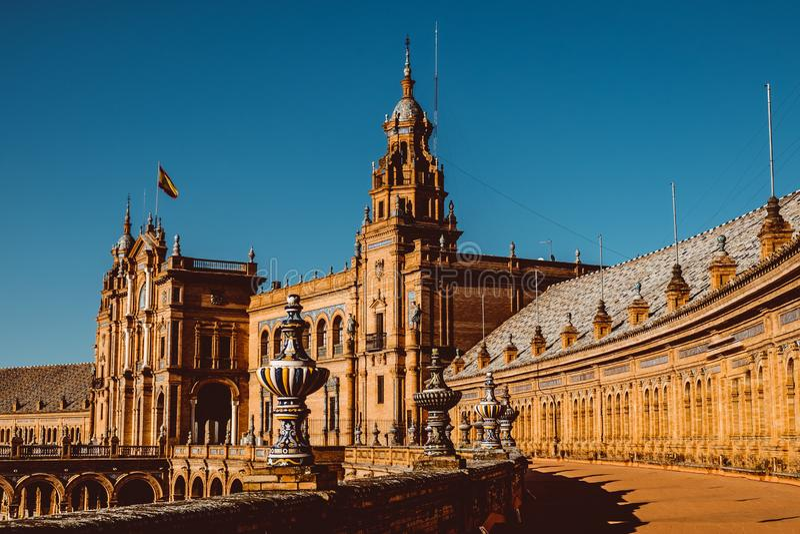 Fasader av byggnader p? spanjorfyrkanten eller plazaen de Espana _ royaltyfri fotografi