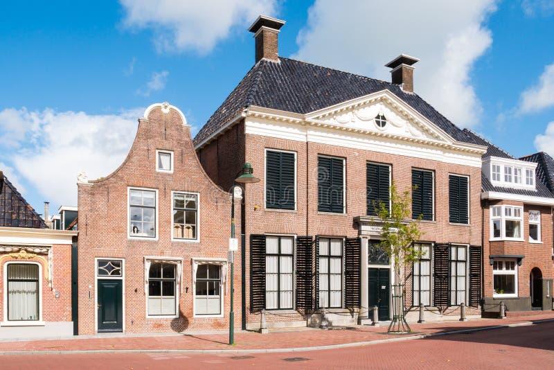 Fasader av historiska hus i gammal stad av Dokkum, Nederländerna royaltyfria foton