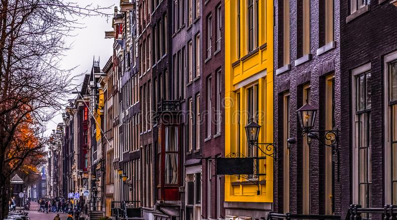 _ Fasader av traditionella holländska byggnader av olika färger Windows arkivfoto