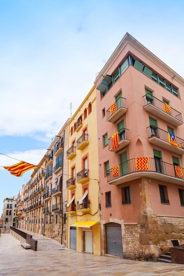 Fasader dekorerade med flaggor av Tarragona och Catalonia royaltyfri bild