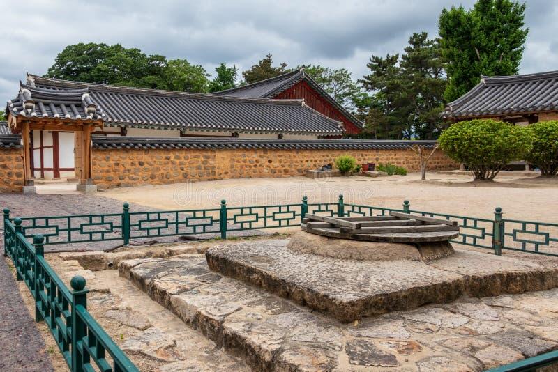 Fasader för borggård och för traditionellt byggande av den koreanska Gyeongju Hyanggyo Confucian skolan Gyeongju Sydkorea, Asien fotografering för bildbyråer