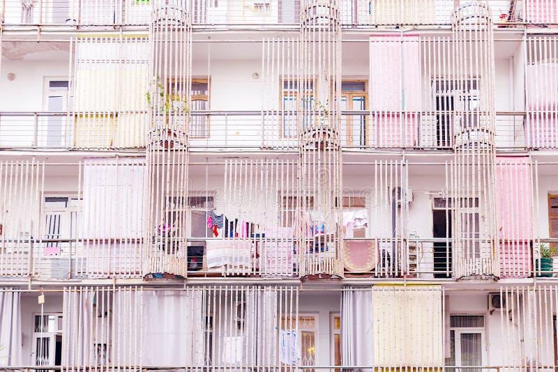 Fasadlägenhethuset som dekoreras med bambustammar som torkar beklär att hänga på en klädstreck arkivbild