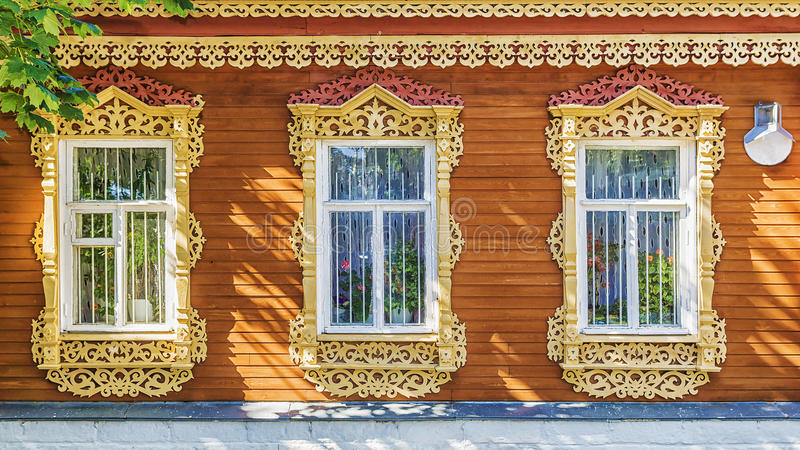 Fasadowy rosjanina dom z rzeźbiącymi architrawami obrazy stock