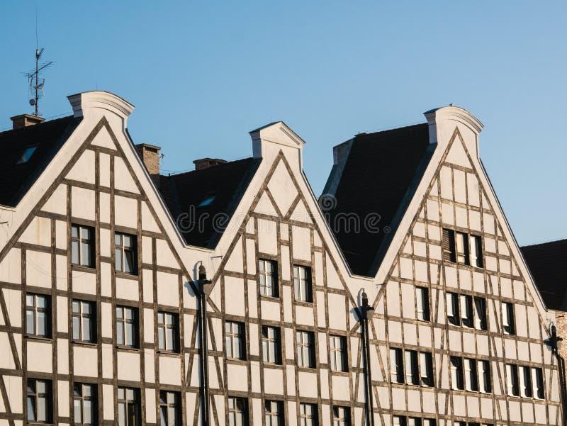 Fasady domy w Gdańskim Trzy domu przeciw niebu zdjęcia royalty free