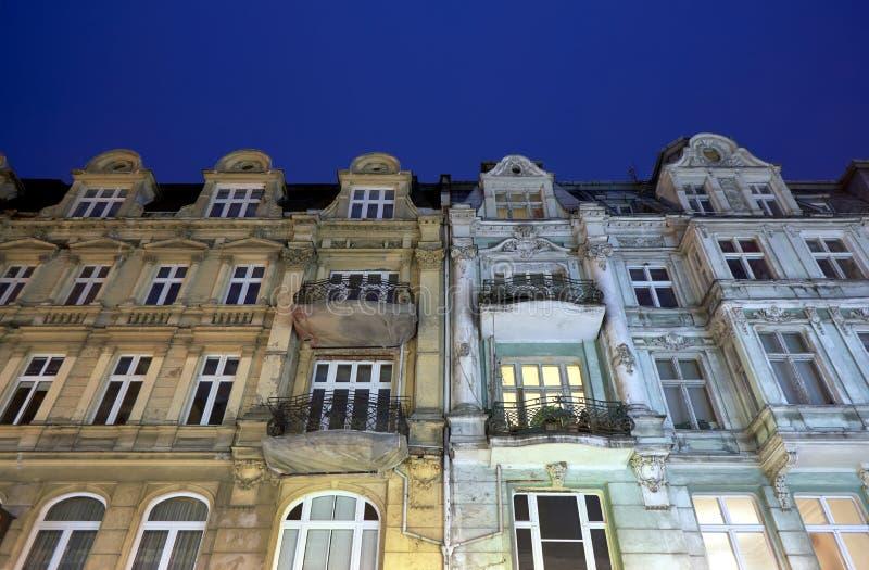 Fasady tenement domy z balkonami podczas nocy zdjęcia royalty free