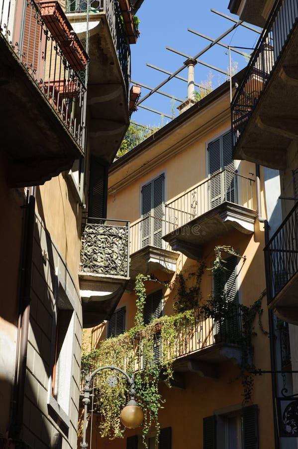Fasady Włoscy domy w nieociosanej alei zdjęcia royalty free