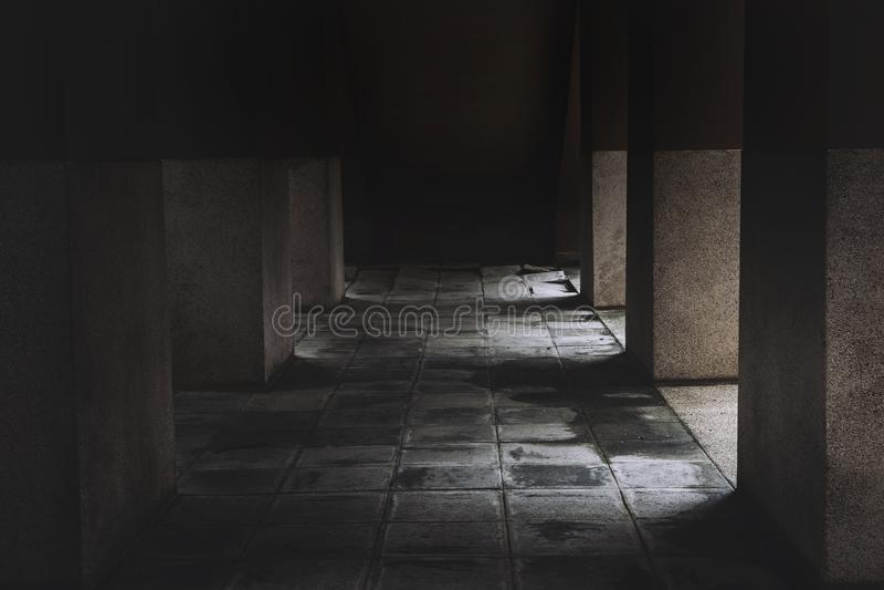 Fasahuset av den läskiga platsen efter döda och mordet fördärvar det hem- gångbanagolvet halloween arkivbild