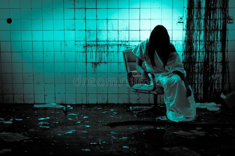 Fasaplats av en läskig kvinna royaltyfria foton