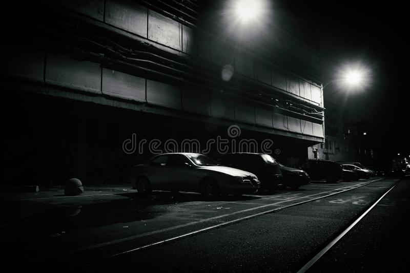 Fasaplats av en mörk gata på natten arkivfoton