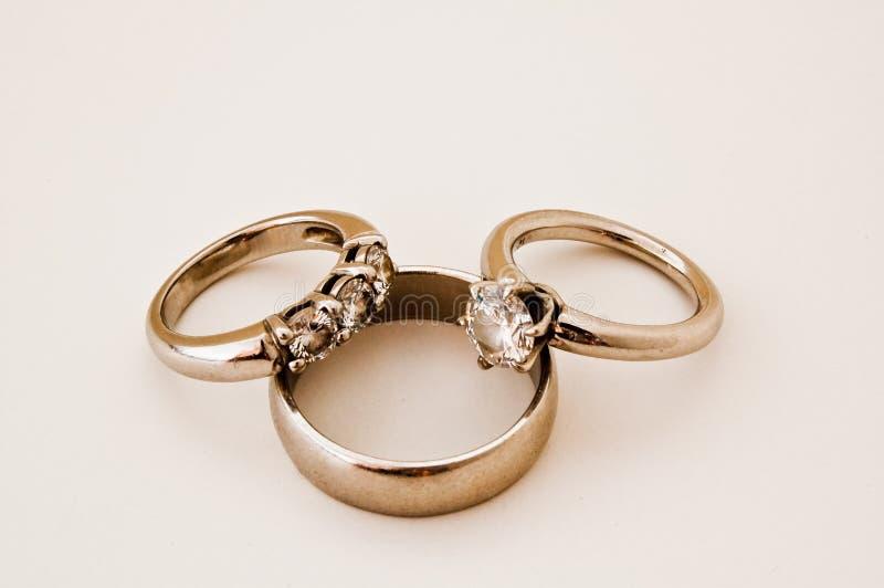 Fasce e anello di fidanzamento di cerimonia nuziale immagini stock