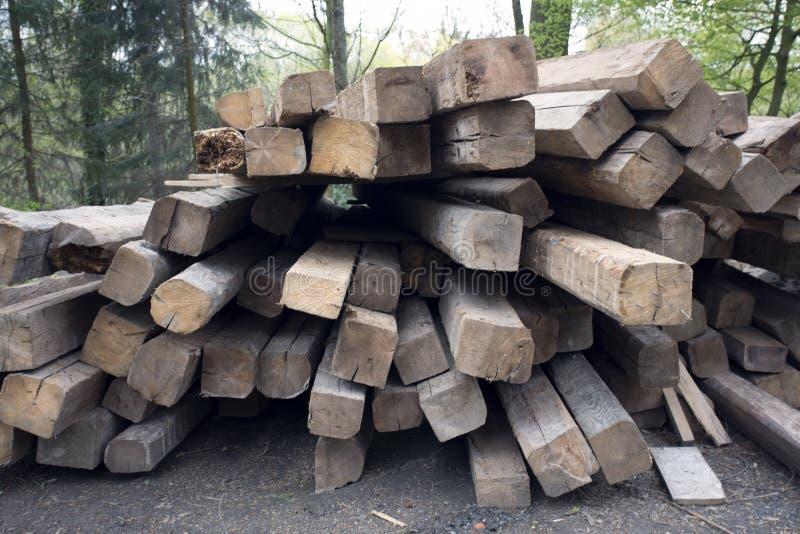 Fasci di legno Tetto che sviluppa le componenti di legno Esterno con materiale da costruzione fotografia stock libera da diritti