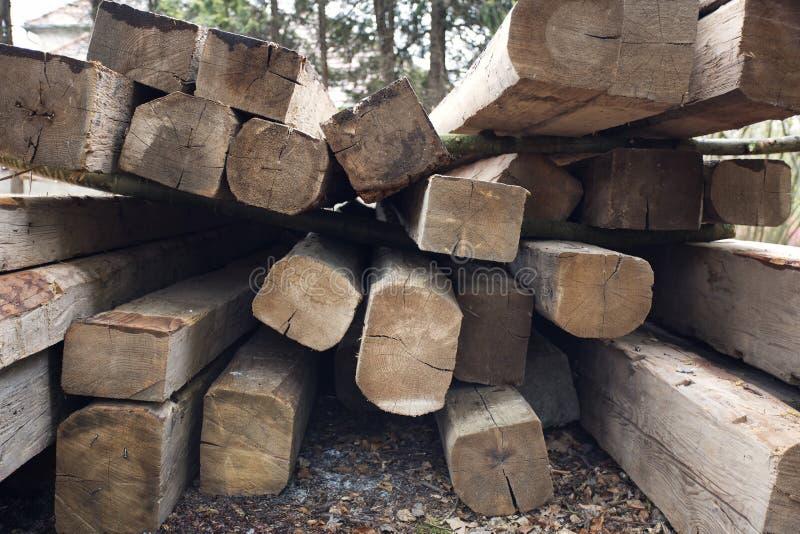 Fasci di legno Tetto che sviluppa le componenti di legno Esterno con materiale da costruzione immagini stock