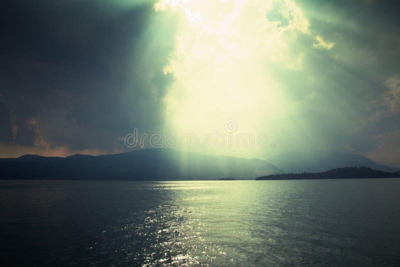 Fasci di Sun attraverso la tempesta fotografie stock