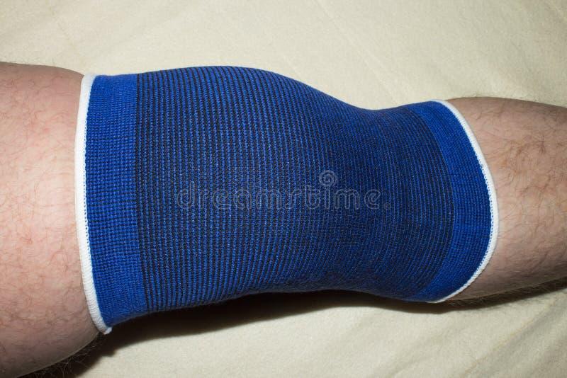 fasciatura elastica sul ginocchio immagini stock libere da diritti