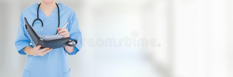 Fascicoli aziendali e cartelle del dottore Woman fotografia stock libera da diritti