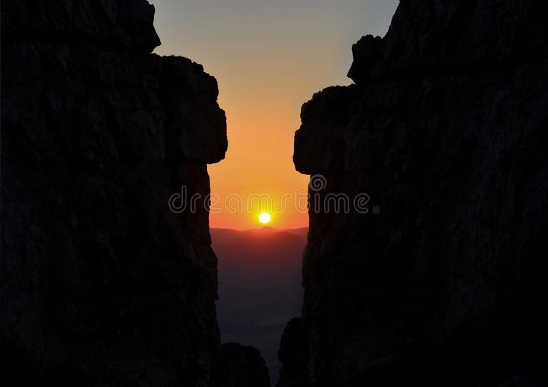 Fascination et sunrising sur de hautes roches image libre de droits