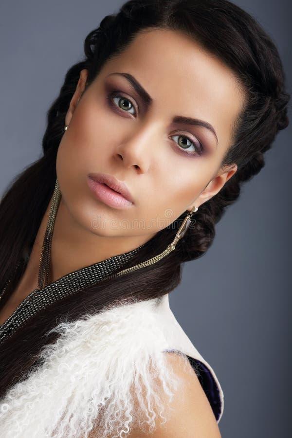 fascination Visage de jeune Nice brune de regard avec des boucles d'oreille photographie stock libre de droits