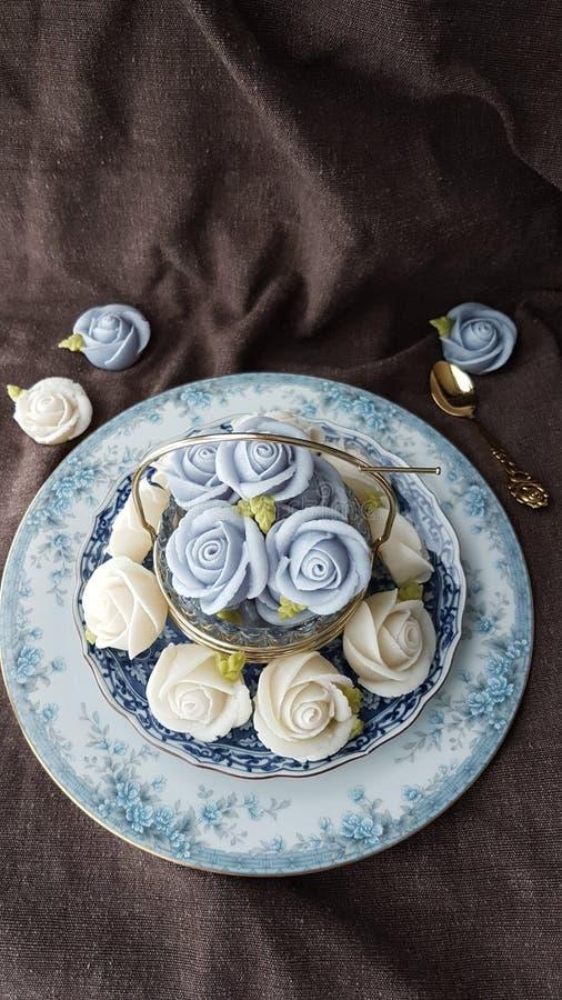 fascine o bolo tailandês tradicional dos doces da sobremesa na cesta do prato cerâmico e do bronze foto de stock
