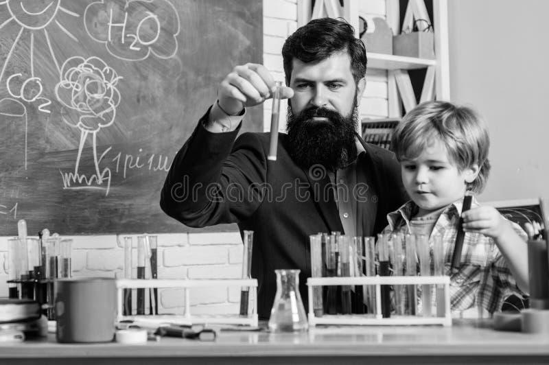 Fascinerende chemische reactie Interessante schoolklassen Schoolonderwijs Het experiment van de schoolchemie Leraar en royalty-vrije stock foto