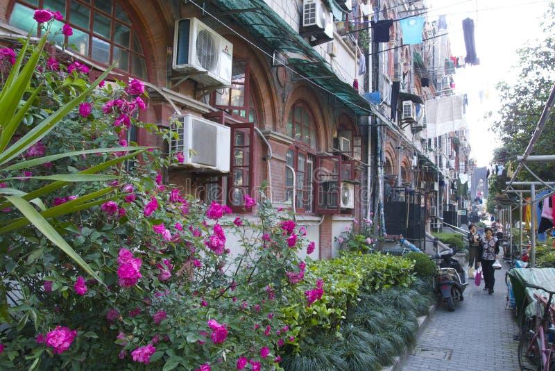 Fascinerende straten en handel van Shanghai, China: voorgevel van de oude Joodse buurt dichtbij de Franse Concessie royalty-vrije stock afbeelding