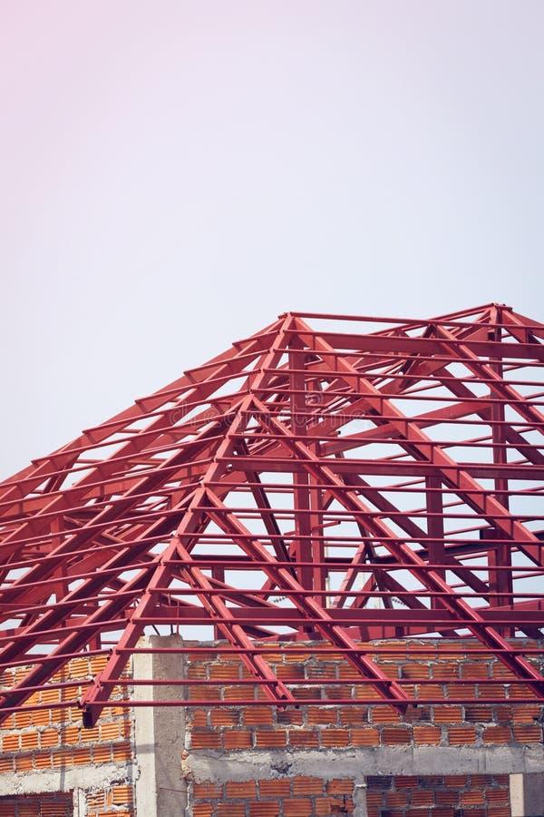 Fascio dell'acciaio per costruzioni edili sul tetto di costruzione residenziale immagine stock