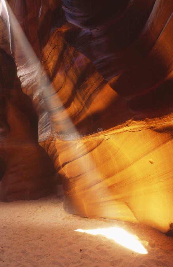 Fascio di luce solare in canyon della scanalatura immagini stock libere da diritti