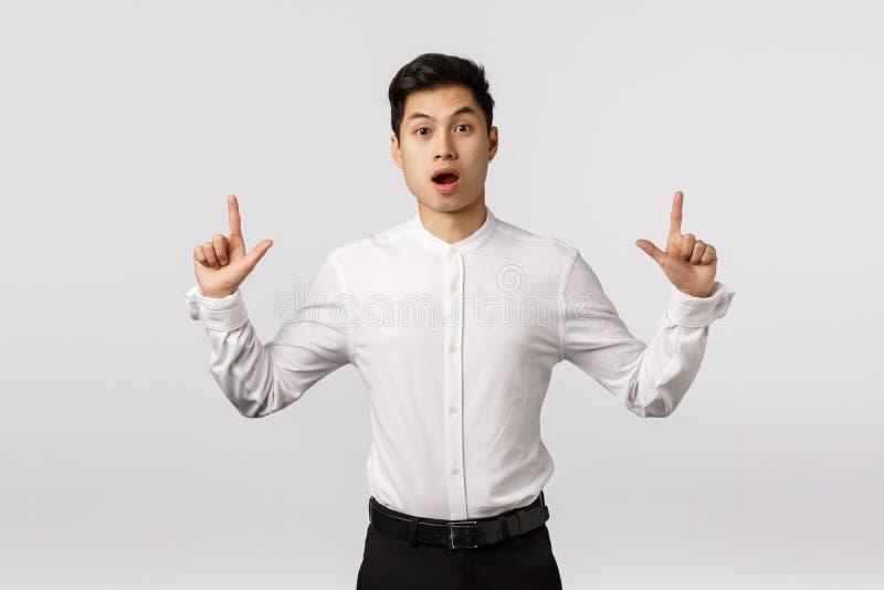 Fascynowany, pod wrażeniem i zaskoczony atrakcyjny azjatycki facet z krótką stylową fryzurą, nosić oficjalny strój, otwarte usta  obrazy stock
