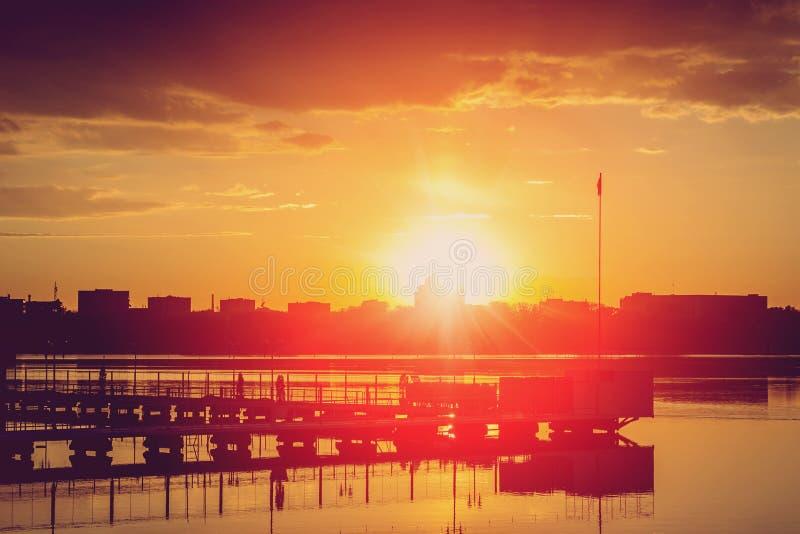 Fascynujący krajobraz majestic wschód słońca dramatyczny kolorowy niebo nad jeziorem Kolor w naturze fotografia royalty free