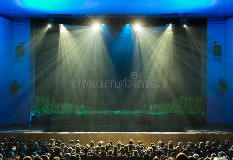 A fase antes da mostra A audiência no salão O projetor na fase Teatro do espectador novo Rússia, Saratov fotografia de stock