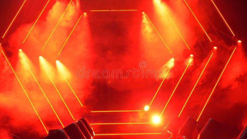 Fase com luzes do fumo e do ponto Conceito da apresentação Pódio moderno ou uma fase com luzes e fumo foto de stock royalty free