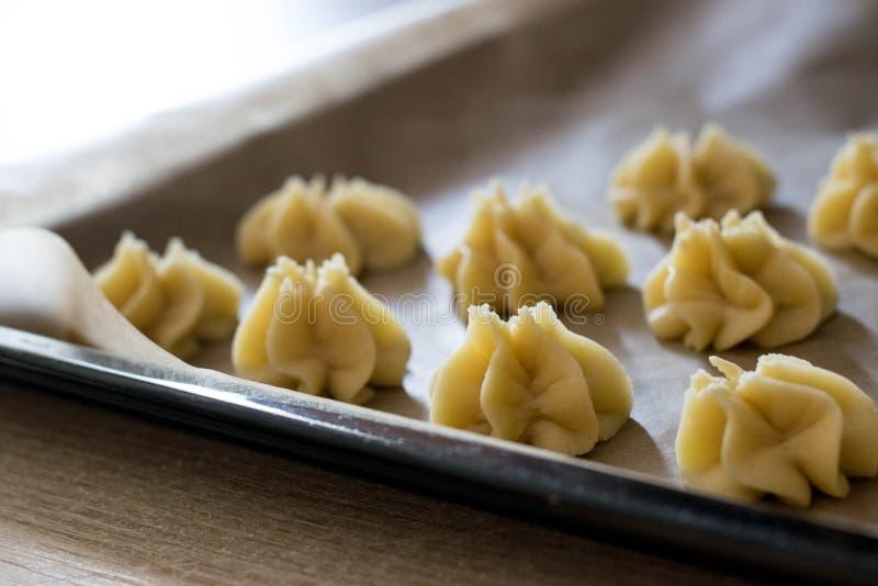 Fase da preparação de sobremesas italianas imagens de stock