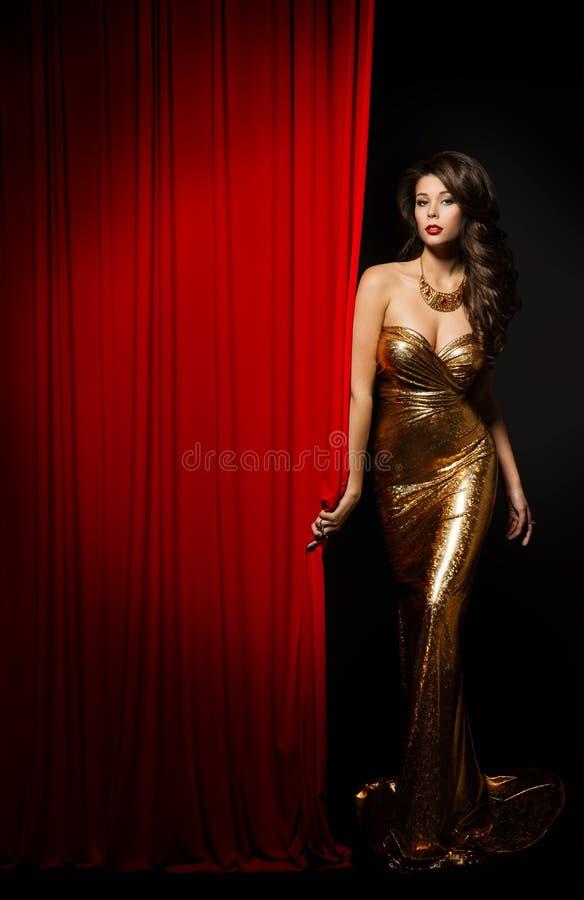 Fase de Girl Opening Curtain do modelo de forma, vestido da mulher elegante foto de stock royalty free