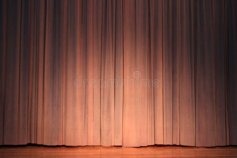 Fase del teatro con la tenda di color salmone di colore immagini stock