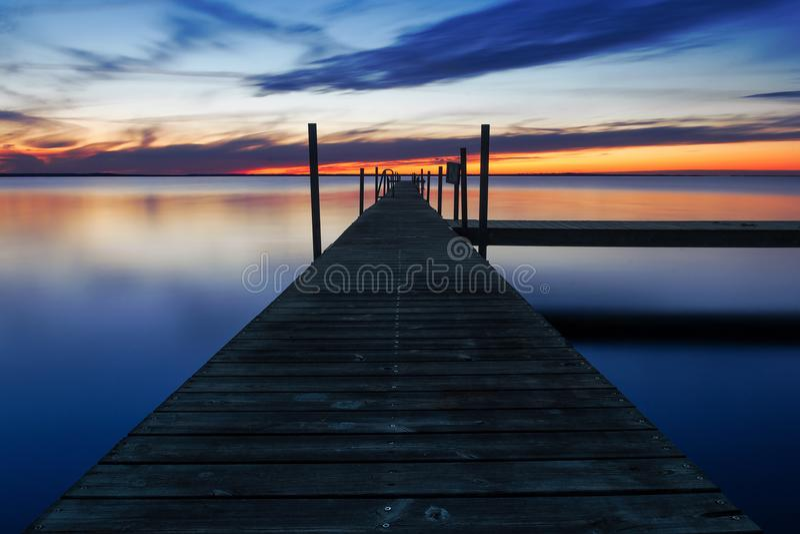 Fase di atterraggio dal mare al tramonto immagine stock libera da diritti