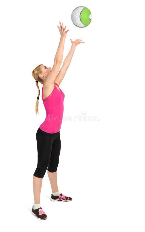 Fase di lancio femminile 2 di esercizio della palla medica di 2 immagine stock