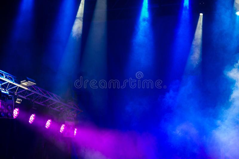 Fase do concerto Encene luzes Fundo colorido de luzes da fase imagem de stock