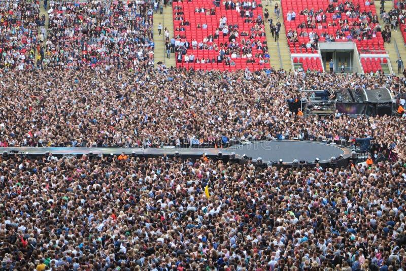 Fase e folla di concerto fotografie stock libere da diritti