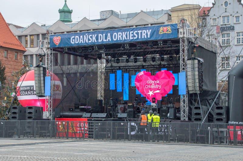 Fase exterior na grande orquestra do polonês Wielka Orkiestra Swiatecznej Pomocy da caridade do Natal em Targ Weglowy em Gdansk imagem de stock royalty free