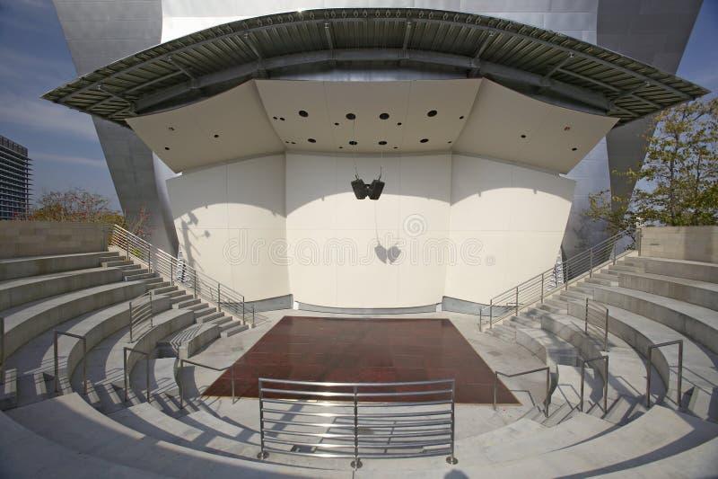 Fase exterior na sala de concertos de Disney em Los Angeles do centro, Califórnia imagem de stock