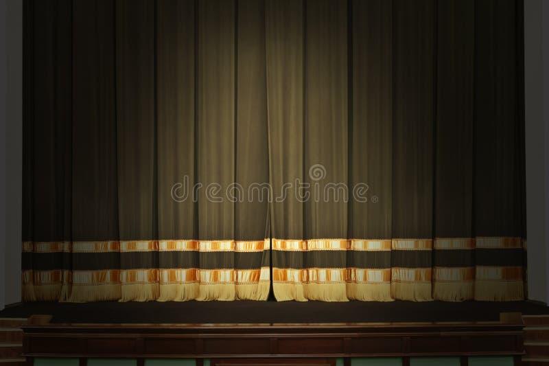 A fase no teatro com as luzes fora fotos de stock