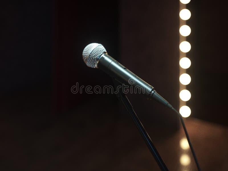 Fase vazia escura com microfone 3d rendem ilustração do vetor