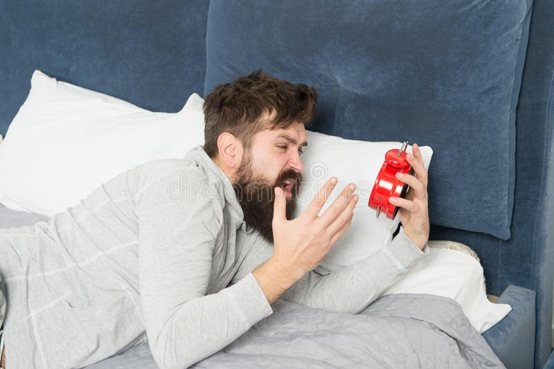 Fases do sono Alcance no sono faltado durante o fim de semana Manh? que desperta Infeliz acordado do homem com soada do despertad fotografia de stock royalty free