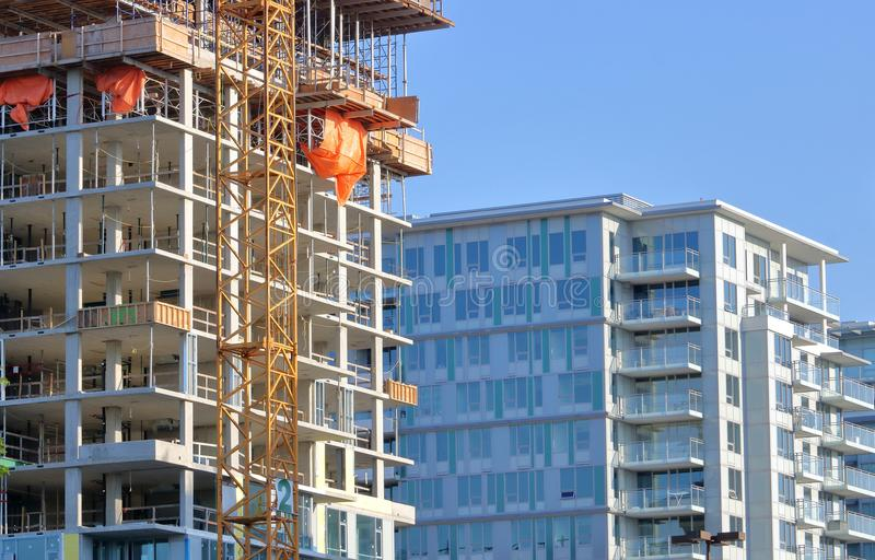 Fases residenciais da construção do condomínio fotos de stock