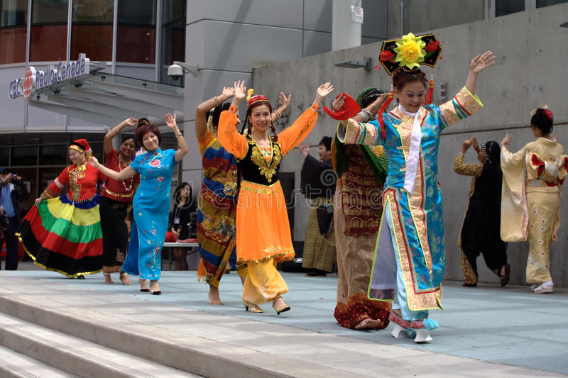 fashion den mångkulturella showen royaltyfria foton