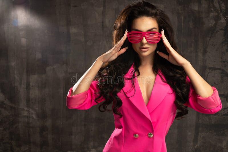 fashion looken flicka för kvinna för glamourlivsstilbrunett i exponeringsglas fotografering för bildbyråer