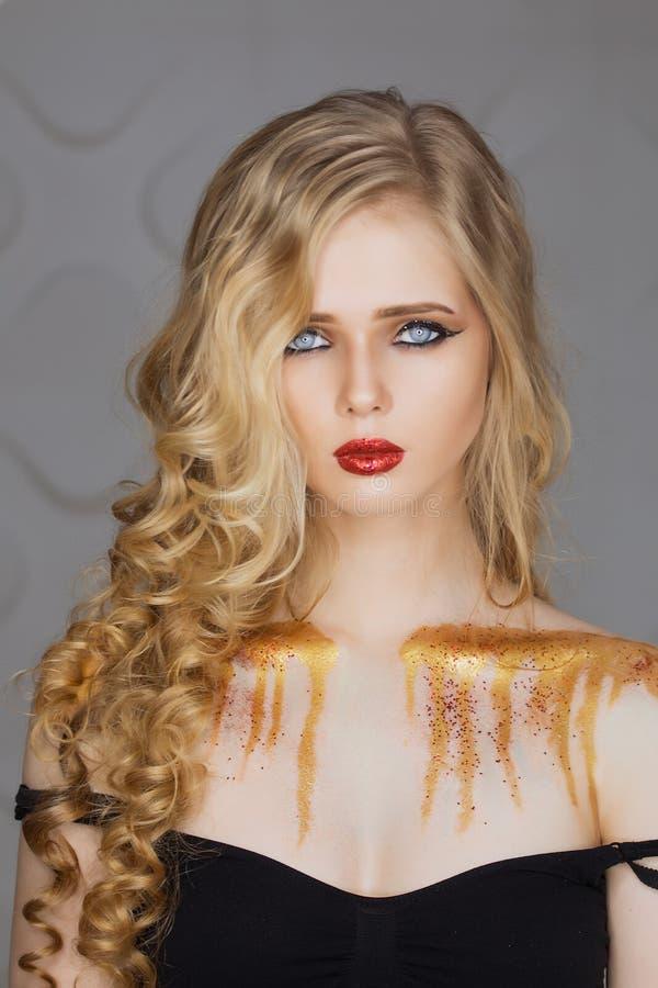 fashion makeup Kvinna med färgrik makeup- och kroppkonst royaltyfri foto